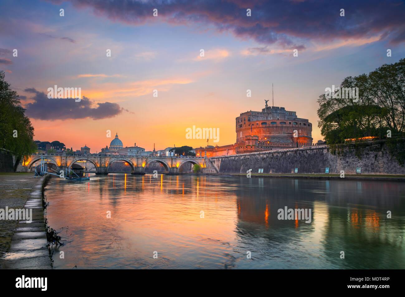 Roma. Immagine del castello di Santo Angelo e di Santo Angelo ponte sopra il fiume Tevere a Roma al tramonto. Immagini Stock