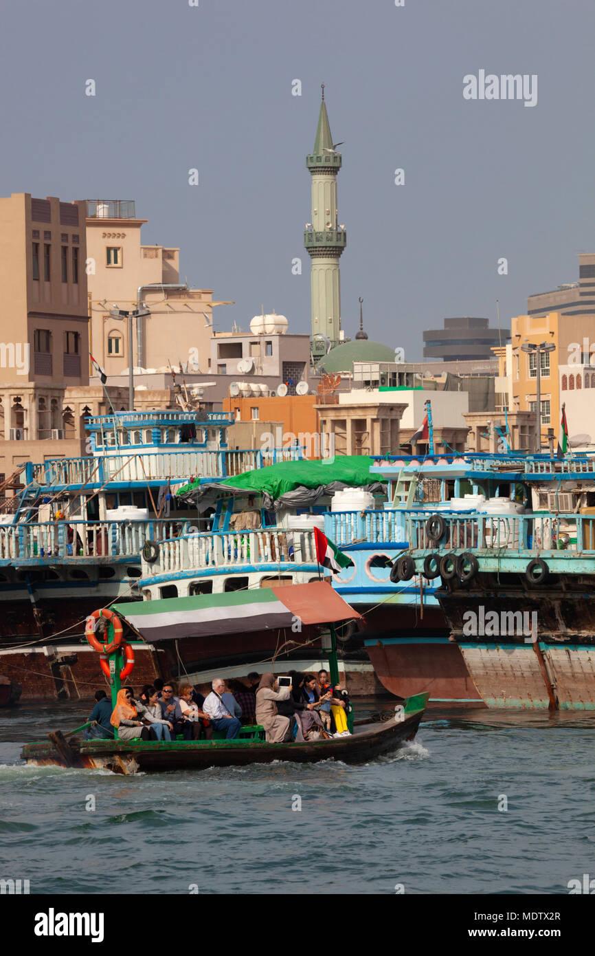 La popolazione locale che attraversa il Torrente di Dubai su un abra, Deira, Dubai, Emirati Arabi Uniti, Medio Oriente Immagini Stock