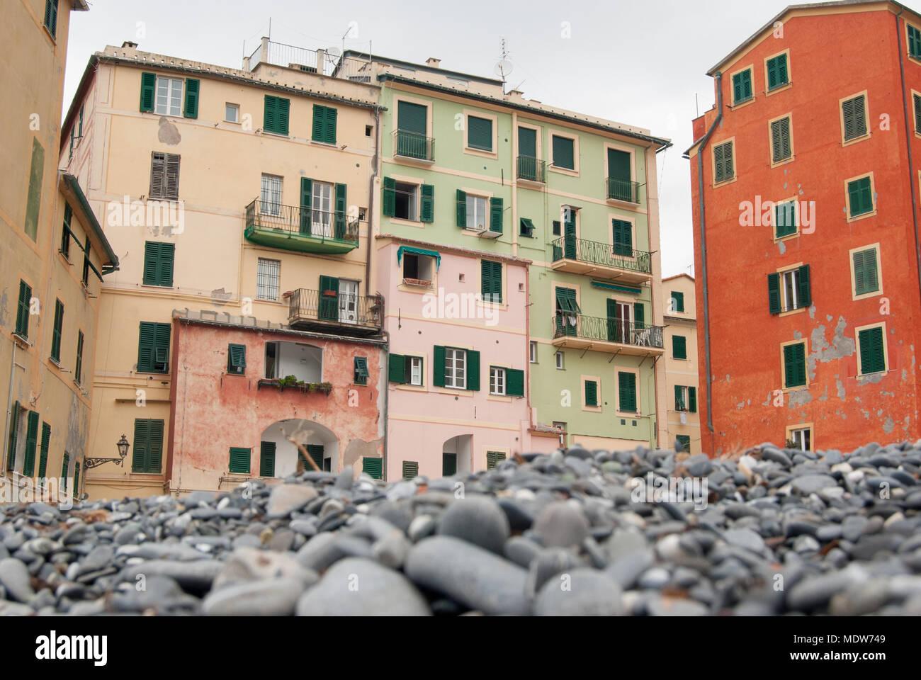 Immagini Case Grigie : Pietre grigie sulla spiaggia di camogli e tipiche case colorate