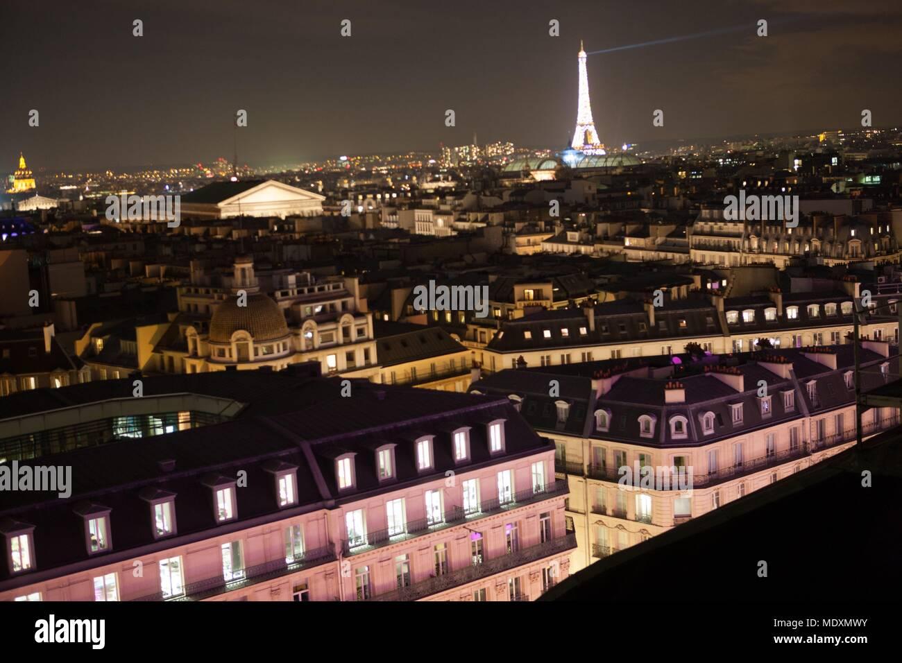 Parigi, boulevard Haussmann, tetto del Printemps mall, durante i ...