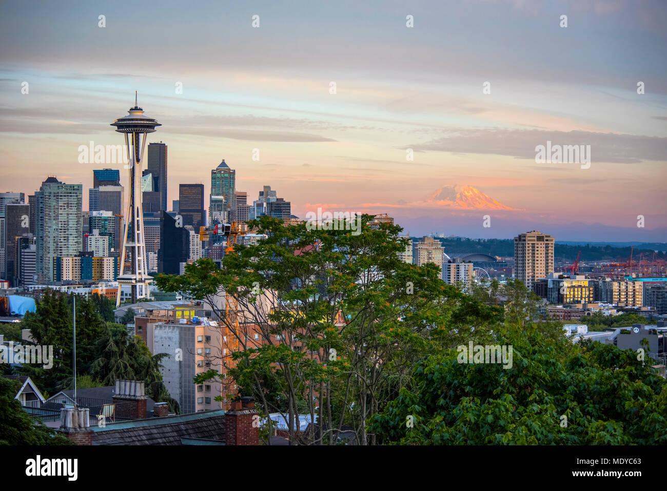 Seattle e Mount Rainier nella tarda estate Alpenglow; Seattle, Washington, Stati Uniti d'America Immagini Stock