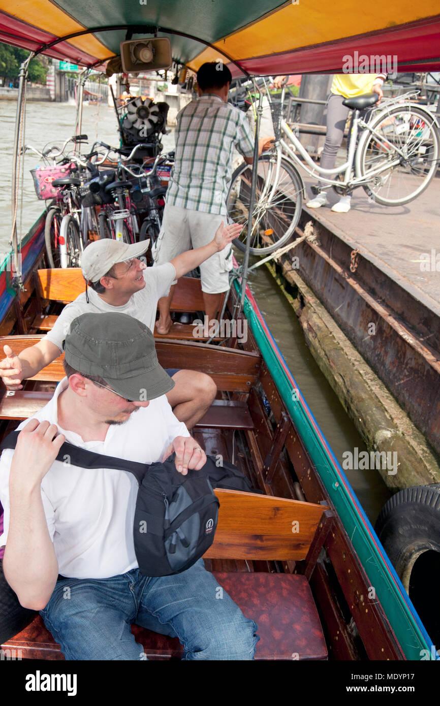 Longtail boat tour di trasportare biciclette sul Fiume Chao