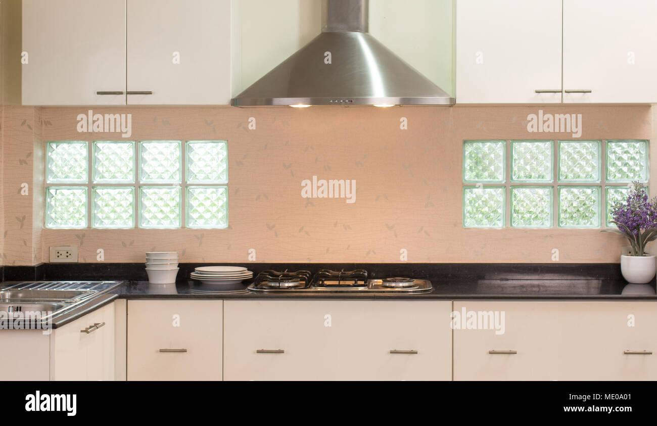 Stile moderno banco di cucina con fornello cabinet cappa camino e ...