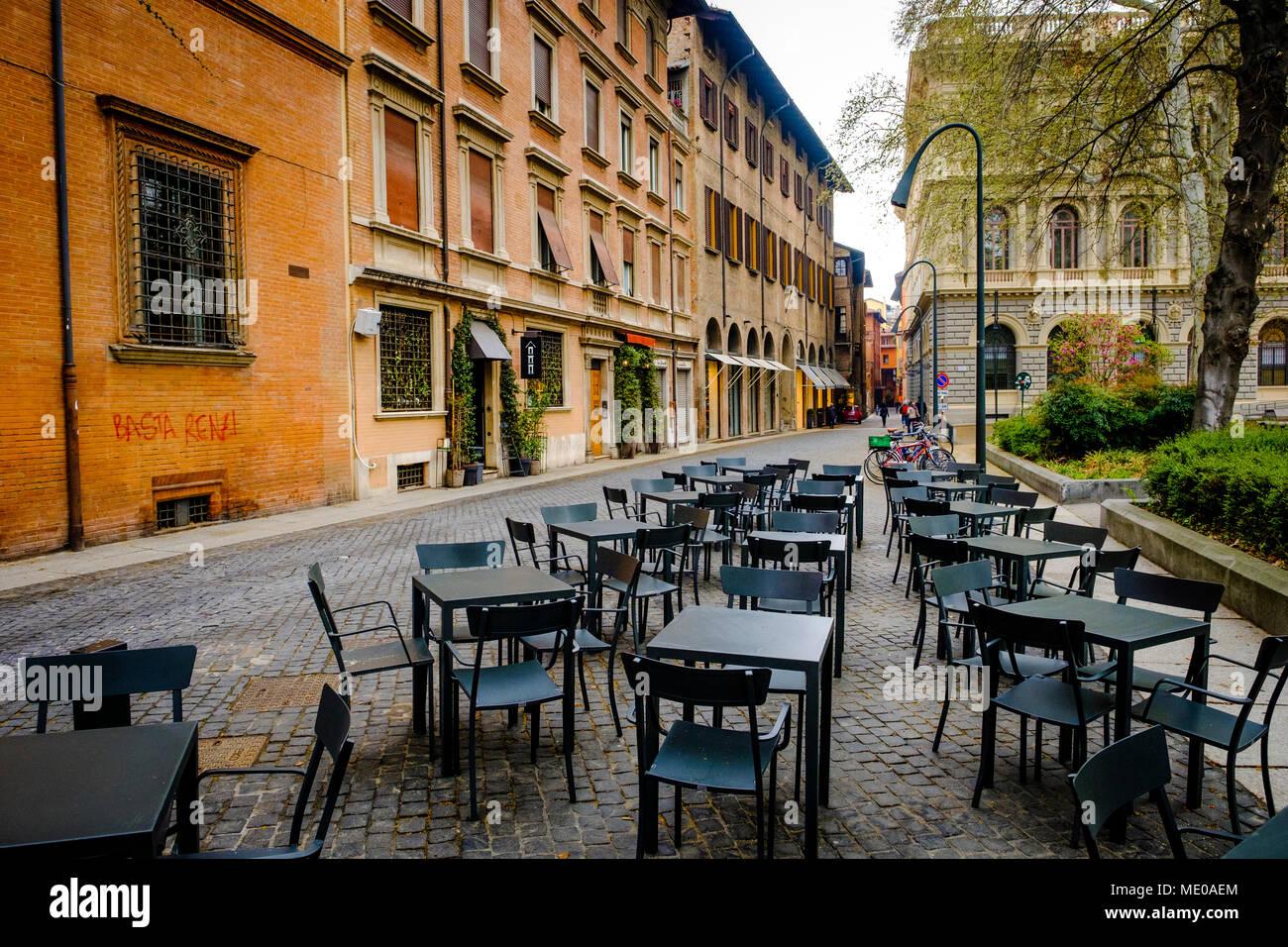 La Mattina Presto E Svuotare I Tavoli E Le Sedie In Piazza Minghetti Bologna Italia Foto Stock Alamy