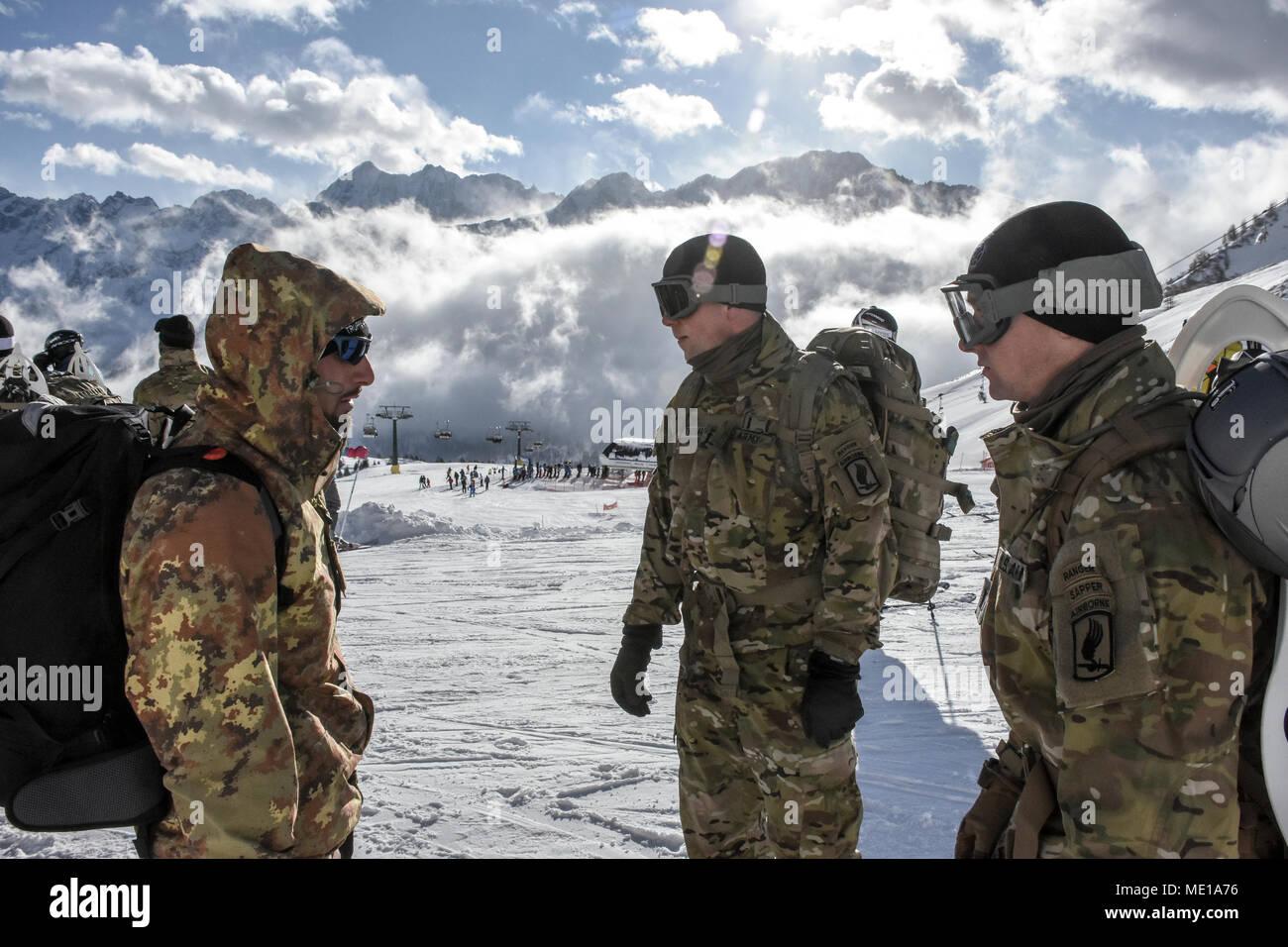 Dal leader il 173rd Brigata Aerea e Alpini brigata dell Esercito Italiano  huddle a2f800faef37