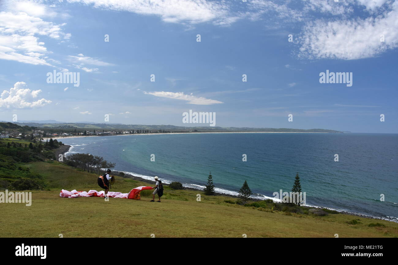 Sette chilometri di spiaggia in una giornata di sole, vista dalla Pat Morton lookout (Lennox Head, NSW, Australia). Due parapendii sulla collina. Immagini Stock