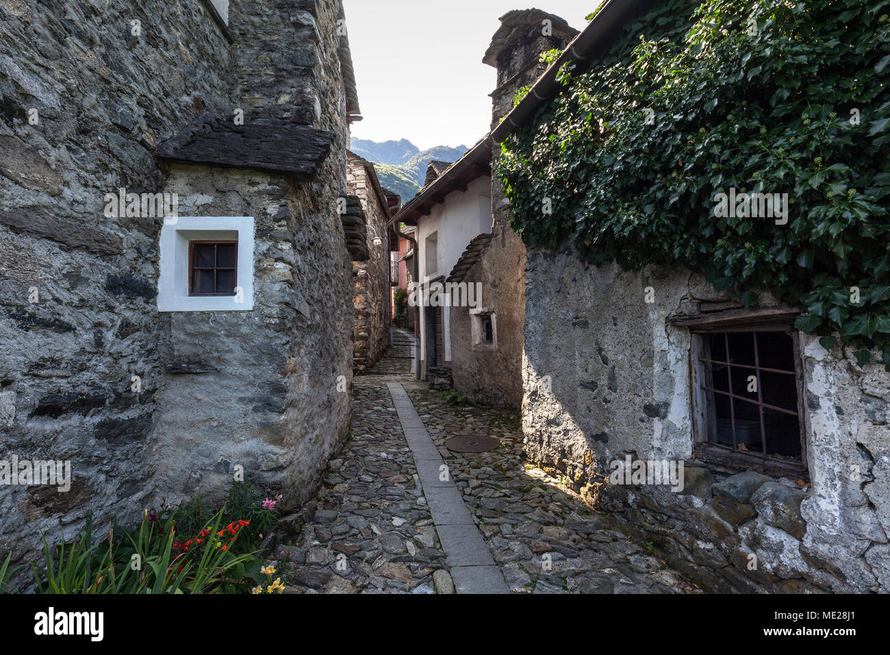 Case In Pietra Di Montagna : Ticino tipiche case in pietra in uno stretto vicolo nel villaggio