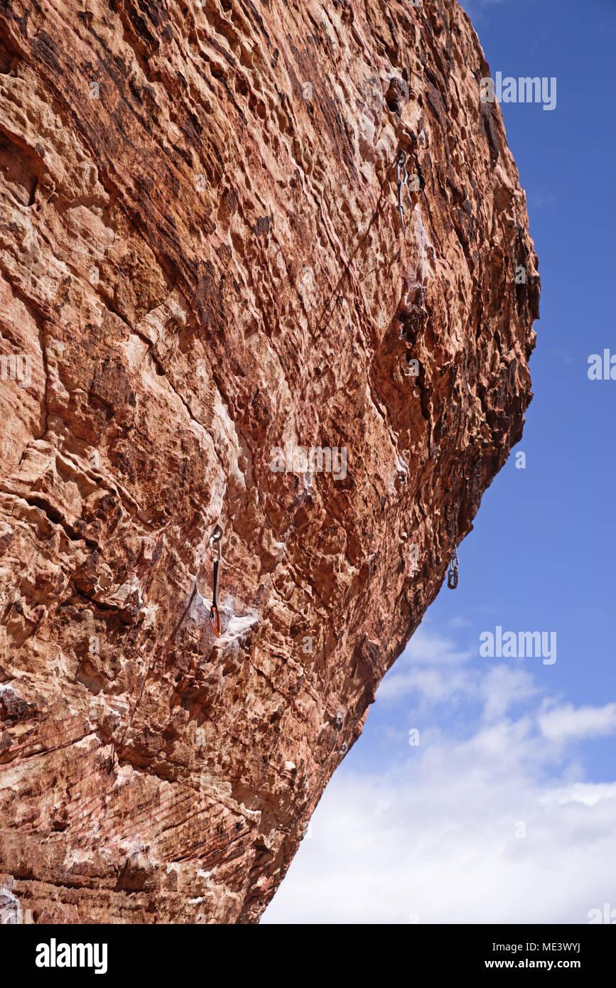 Ripida roccia a strapiombo salire al Red Rock Area di Conservazione con quick richiama appeso sulle viti Foto Stock