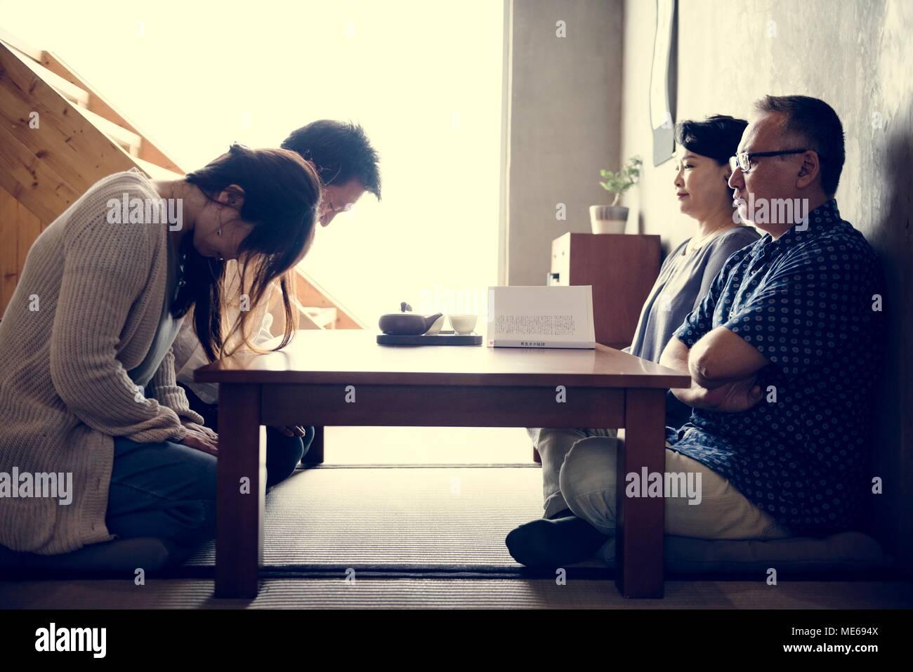 Famiglia giapponese saluto inchinandosi con senior Immagini Stock