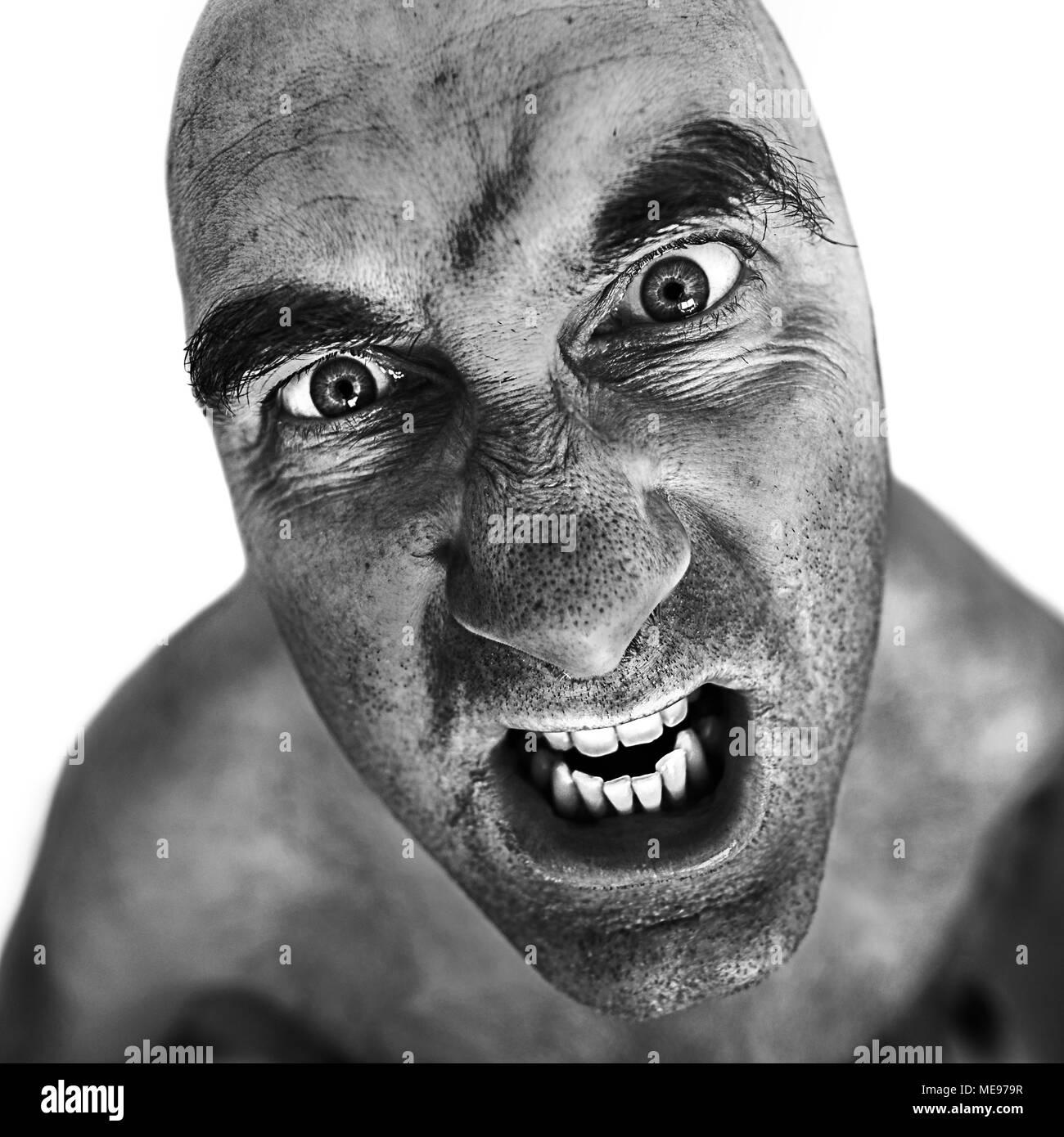 Ritratto in bianco e nero del pazzo uomo elaborati utilizzando l'effetto dragan. Immagini Stock