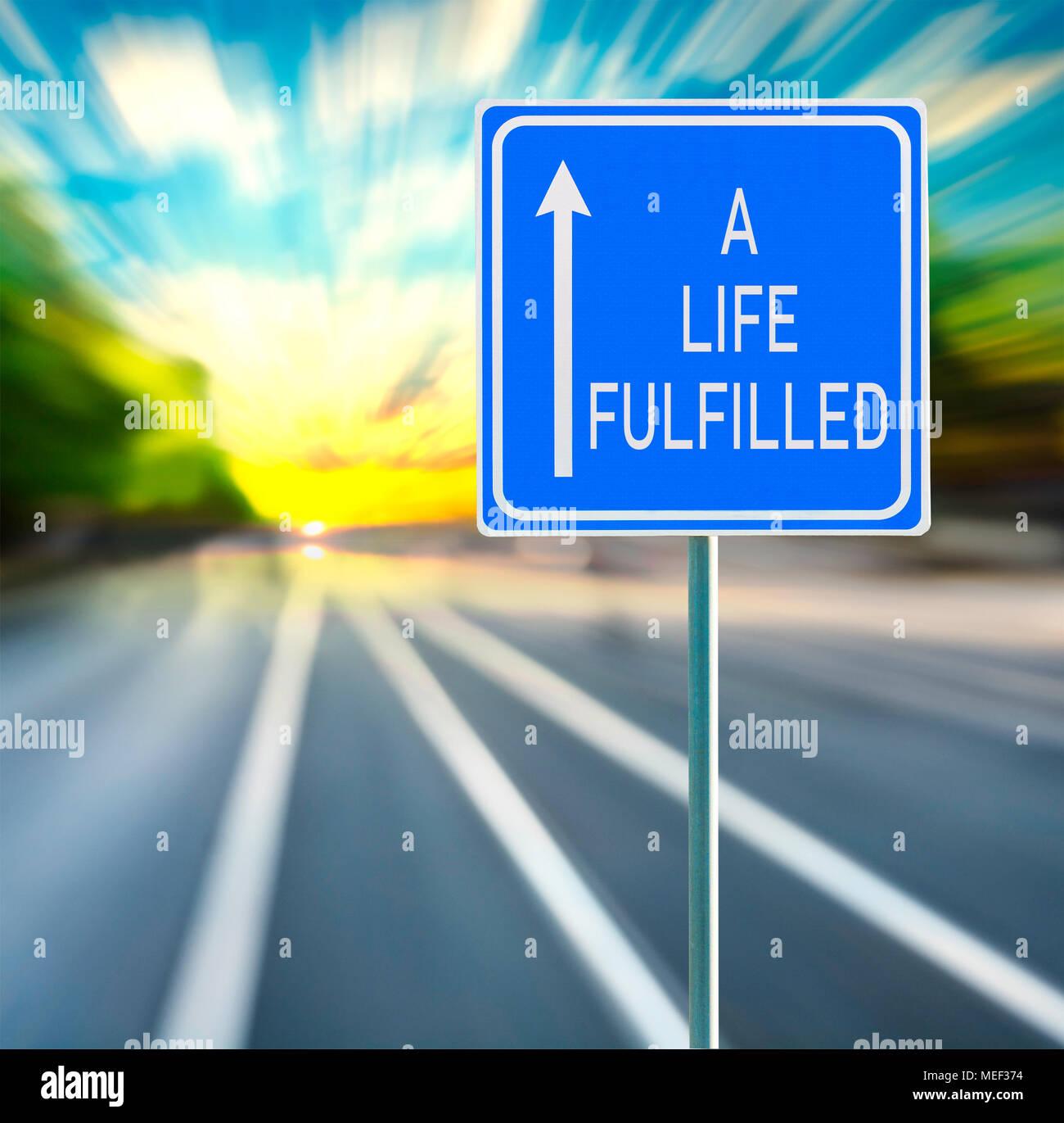 Una vita soddisfatte frase motivazionale sul cartello blu con la freccia e sfocata speedy background nel tramonto. Copia dello spazio. Immagini Stock