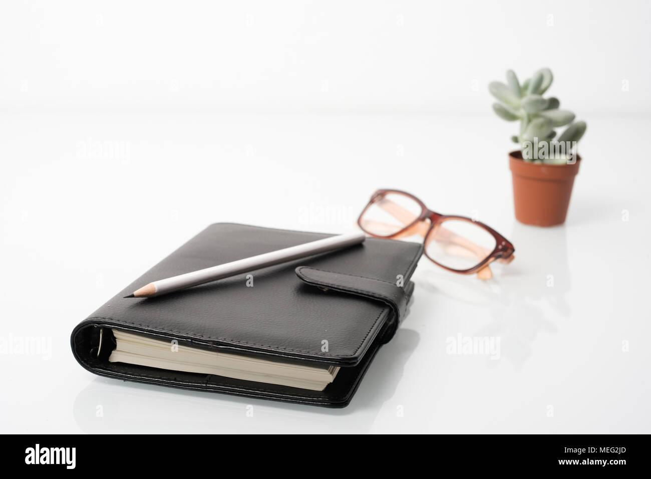 Scrivania Ufficio Oggetti : Agenda e ufficio oggetti sulla scrivania bianca foto & immagine