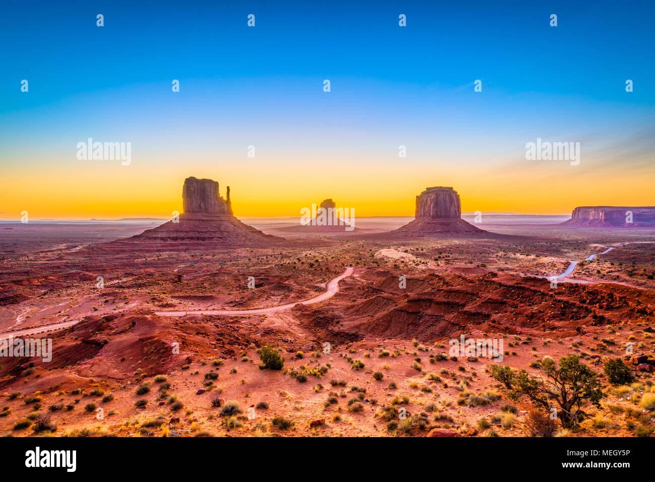 Il Monument Valley, Arizona, Stati Uniti d'America all'alba. Immagini Stock