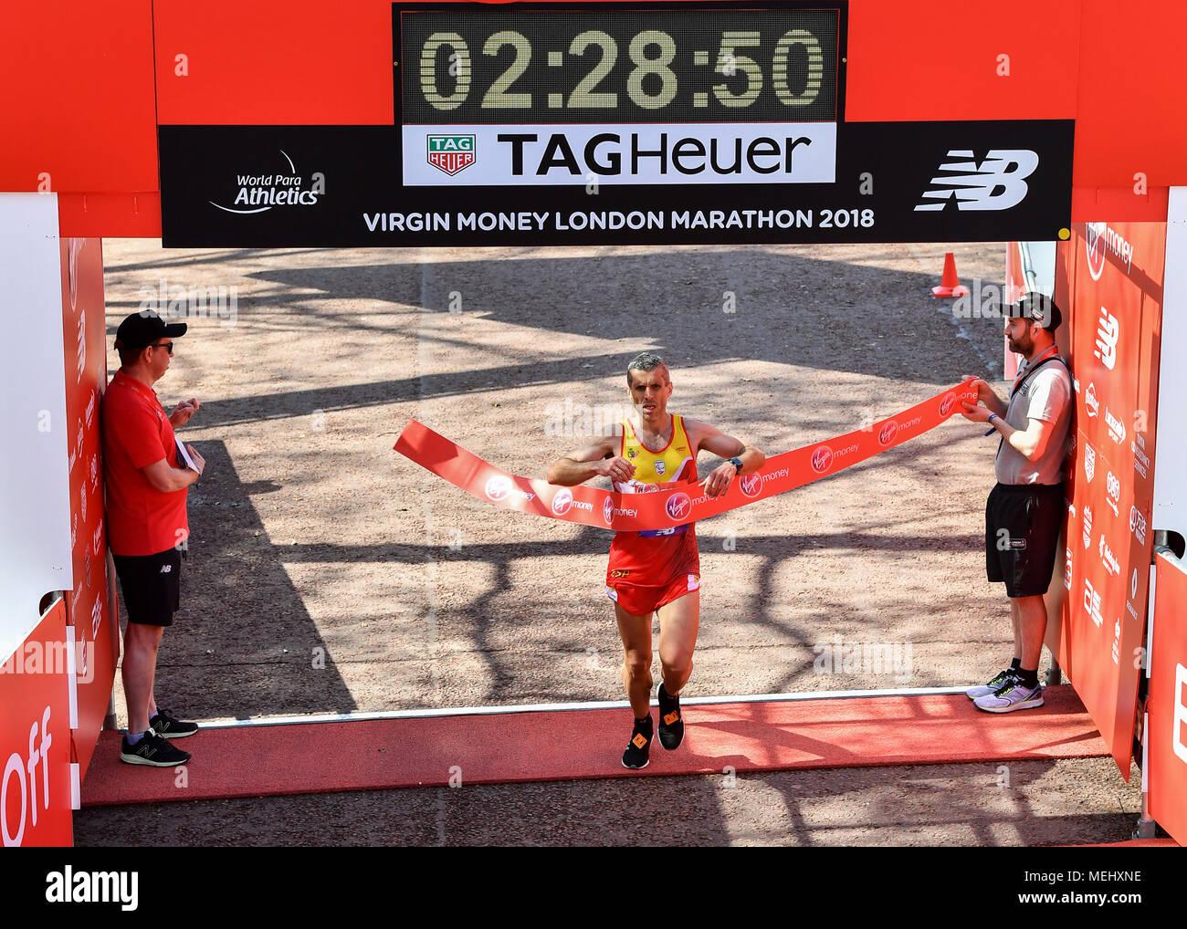 Londra, UK, 22 aprile 2018. Alberto Suarez Laso (EPS, T1/12) completato il mondo Para atletica Marathon World Cup durante il 2018 denaro Virgin London marathon di domenica, 22 aprile 2018. Londra, Inghilterra. Credito: Taka G Wu Credito: Taka Wu/Alamy Live News Immagini Stock