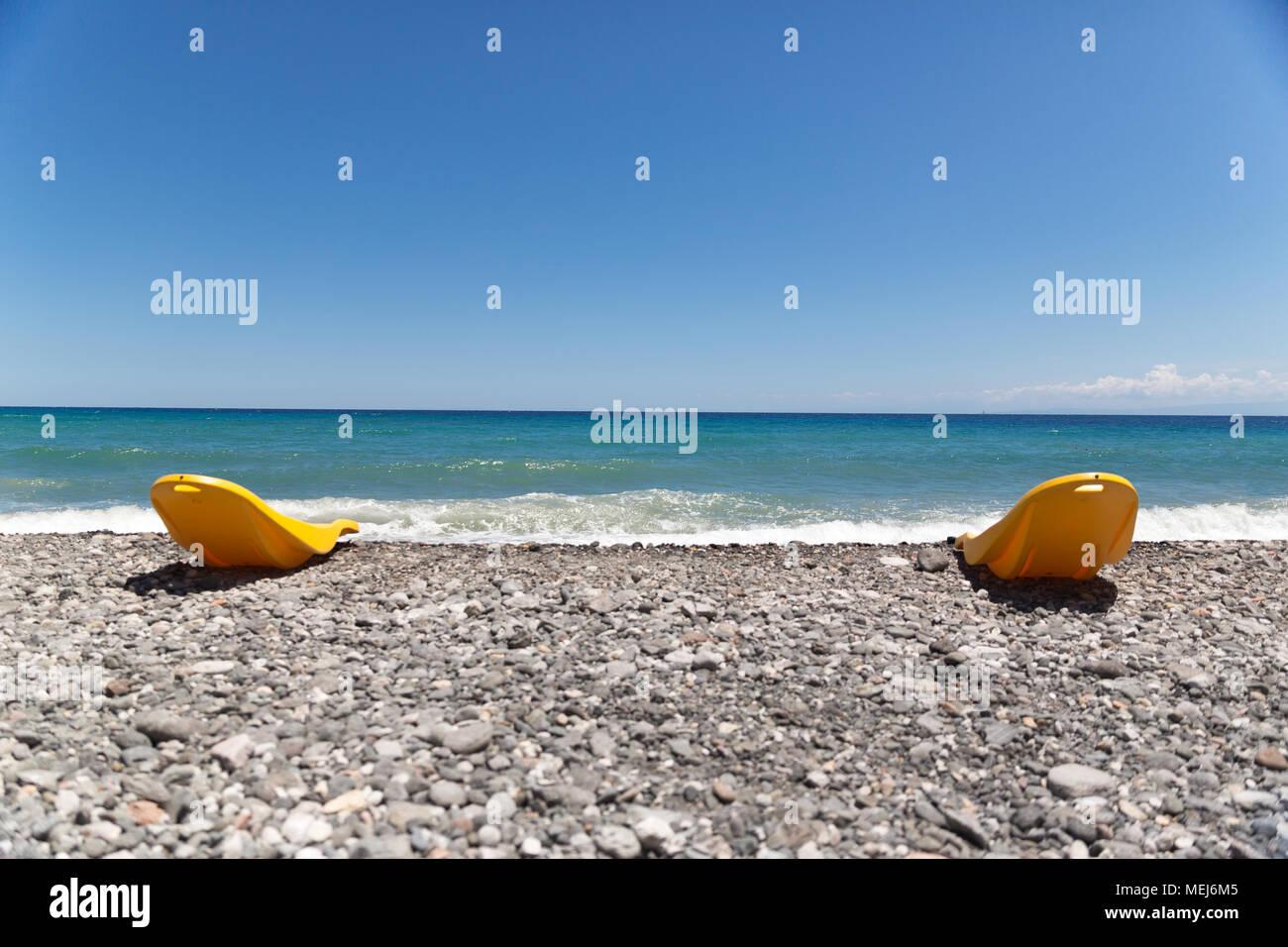 Sedie Da Mare In Plastica.Due Gialli In Plastica Sedie Da Spiaggia Di Fronte Al Mediterraneo