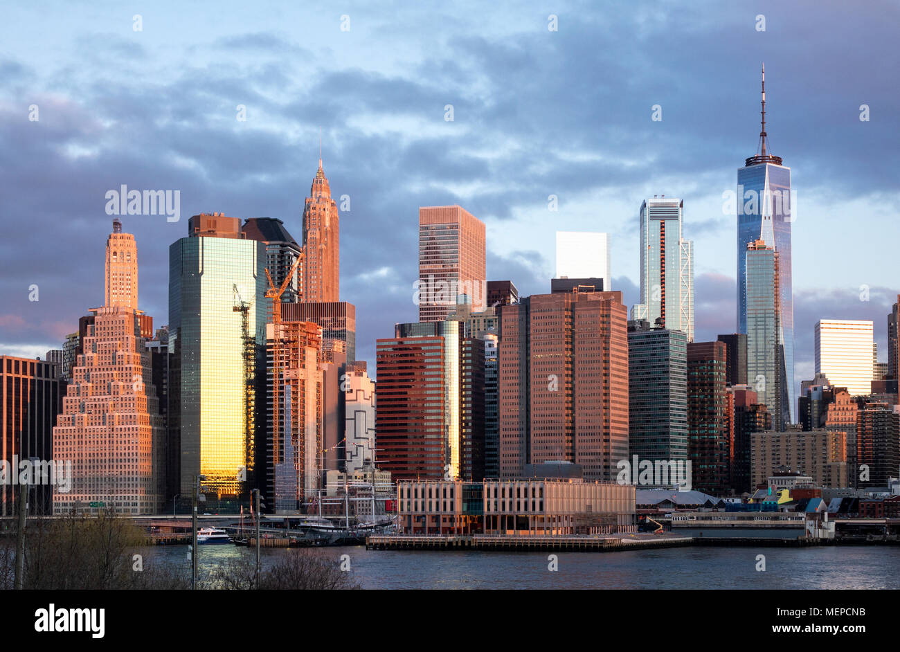 La parte inferiore di Manhattan lucernario come visto da Brooklyn all'alba Immagini Stock