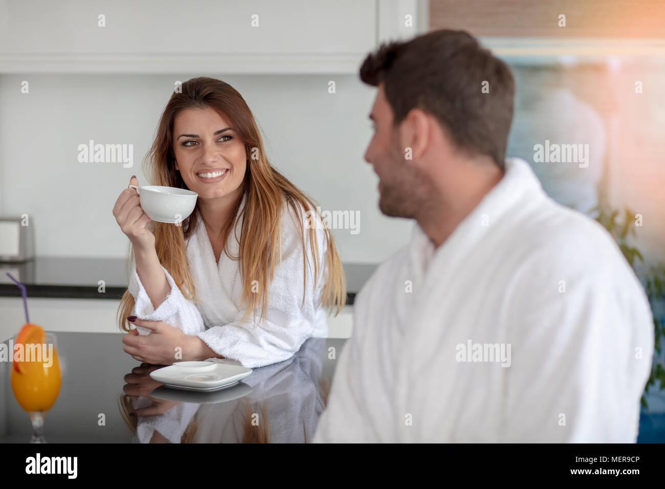 Ritratto di un uomo e di sua moglie in cucina mentre si consuma la colazione Immagini Stock