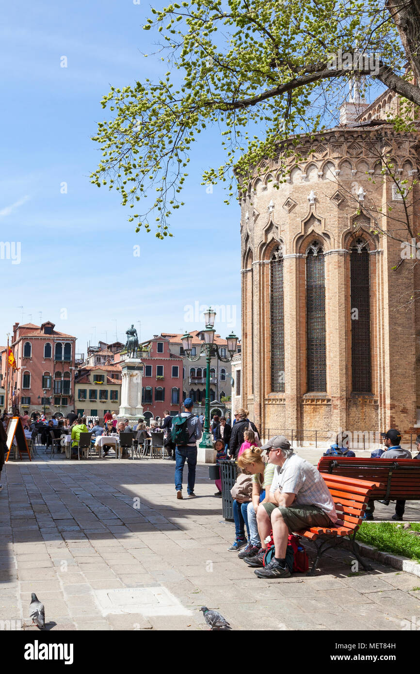 I turisti relax su una panchina a fianco di basilica dei Santi Giovanni e Pao;o, Campo dei Santi Giovanni e Paolo, Castello, Venezia, Veneto, Italia Immagini Stock