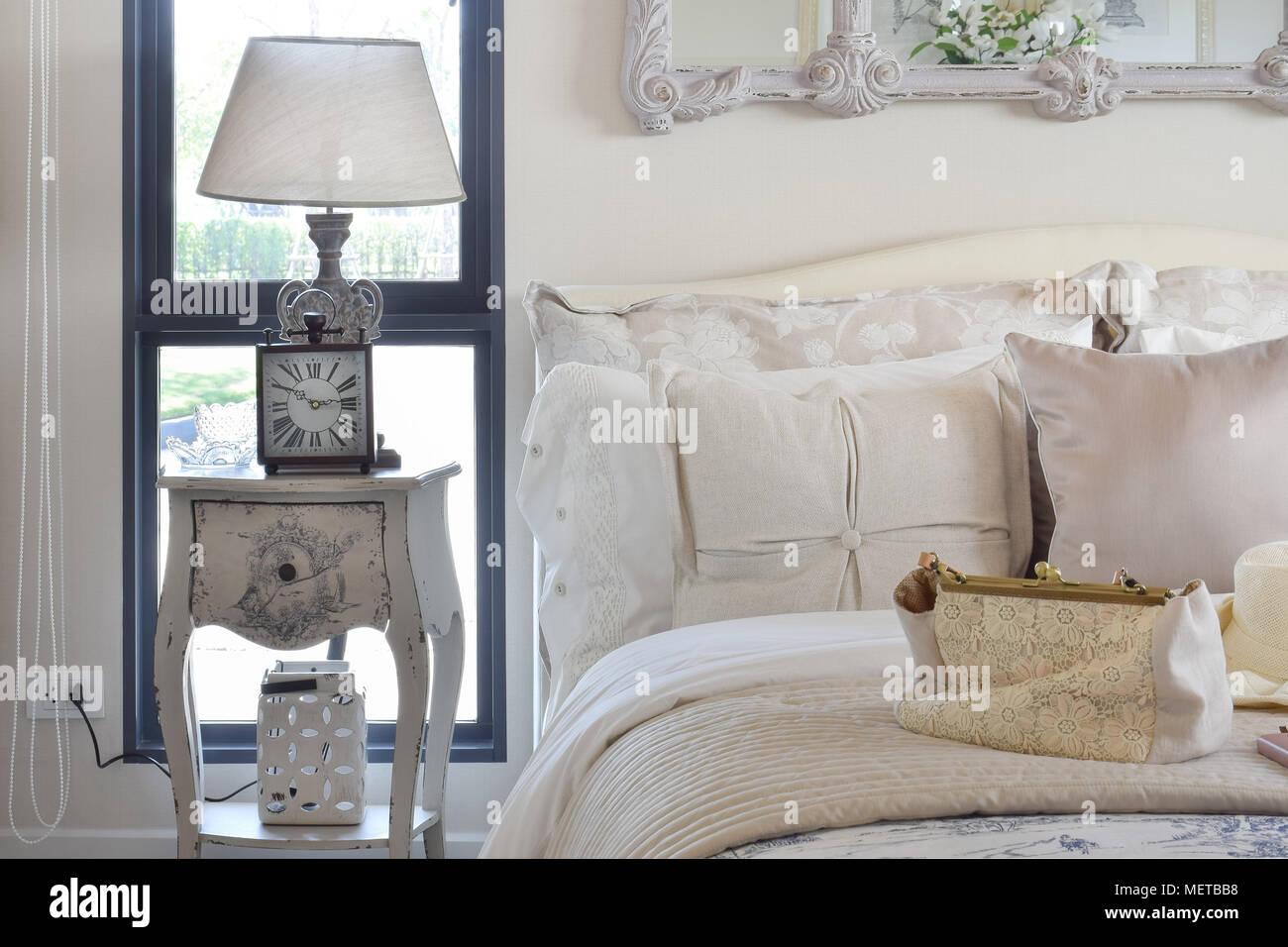 La camera da letto di lusso con interni in stile classico lampada da ...