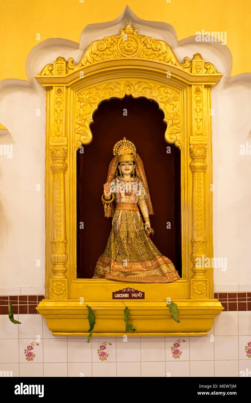 Una statua di Lakshmi sulla parete in corrispondenza di Shri Lakshmi Narayan Mandir Hindu Temple in Richmond Hill, Queens, a New York. Immagini Stock