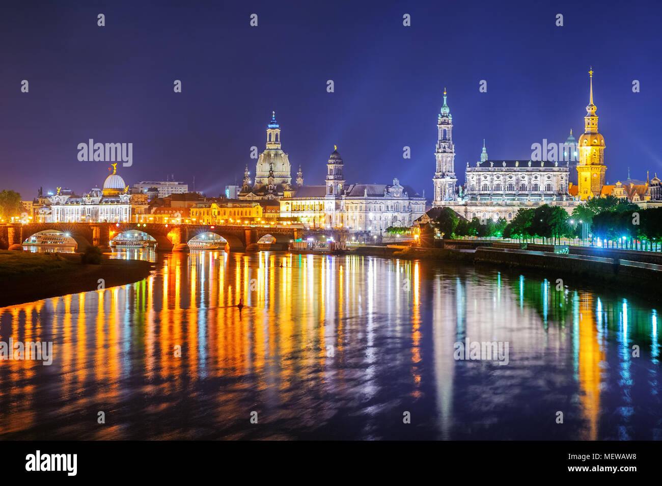 Vista panoramica di Dresda città vecchia riflettente nel fiume Elba a tarda sera, Germania Immagini Stock