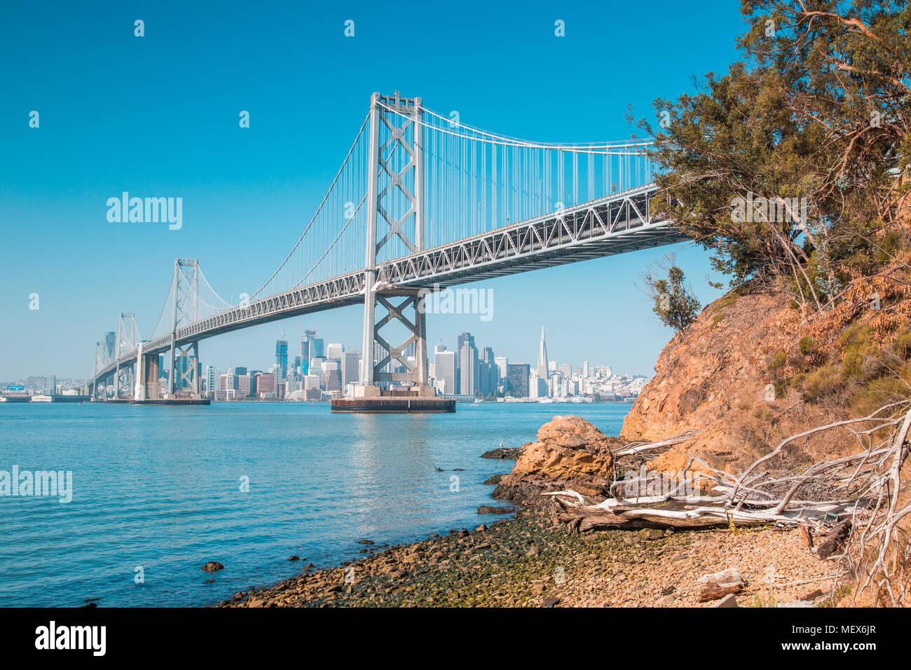 Classic vista panoramica dello skyline di San Francisco con il famoso Oakland Bay Bridge illuminato in una giornata di sole con cielo blu in estate, San Francisco Immagini Stock