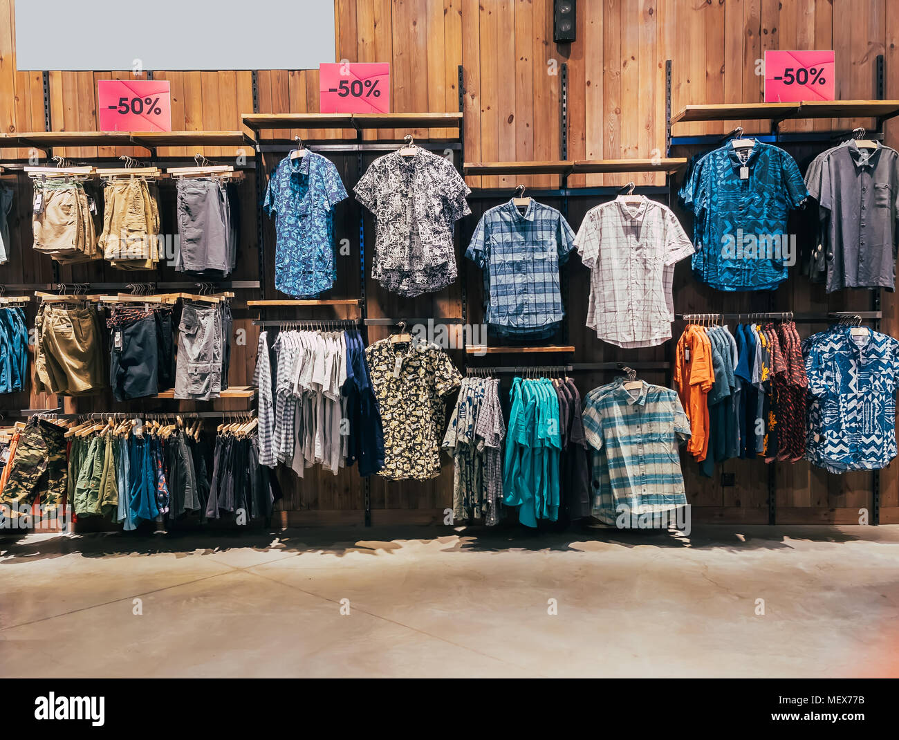 002d3ea31eecf Ragazzi reparto nel negozio di abbigliamento. Negozio di abbigliamento uomo.  Vetrina rack con camicie. Ripiani con vestiti.