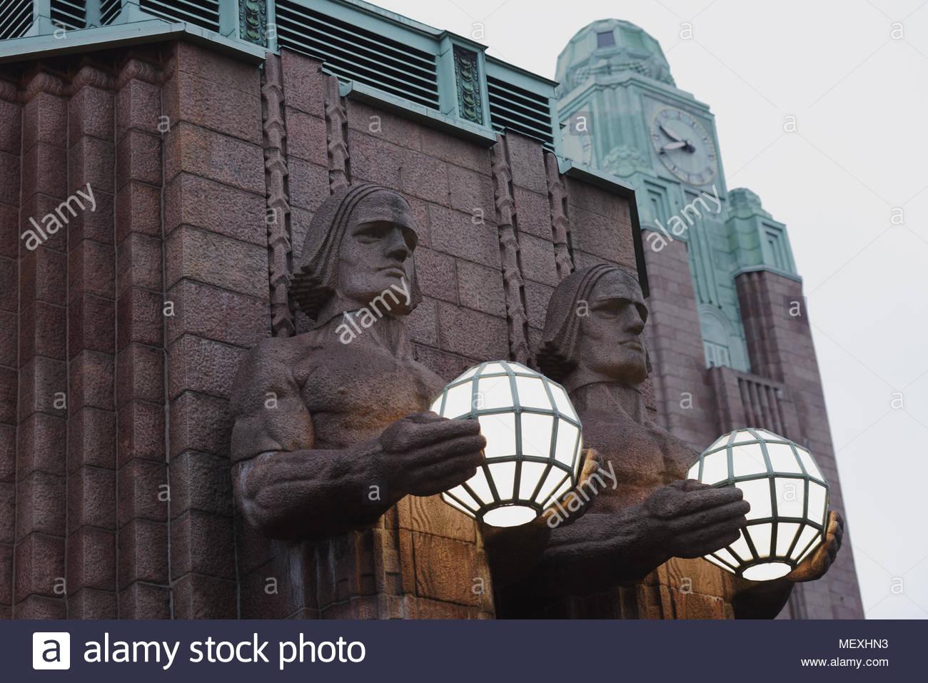 Helsinki, Finlandia - 27 Gennaio 2018: Statue di Lanterna portanti a Helsinki la stazione ferroviaria centrale. L'edificio della stazione è stata progettata da Eliel Immagini Stock