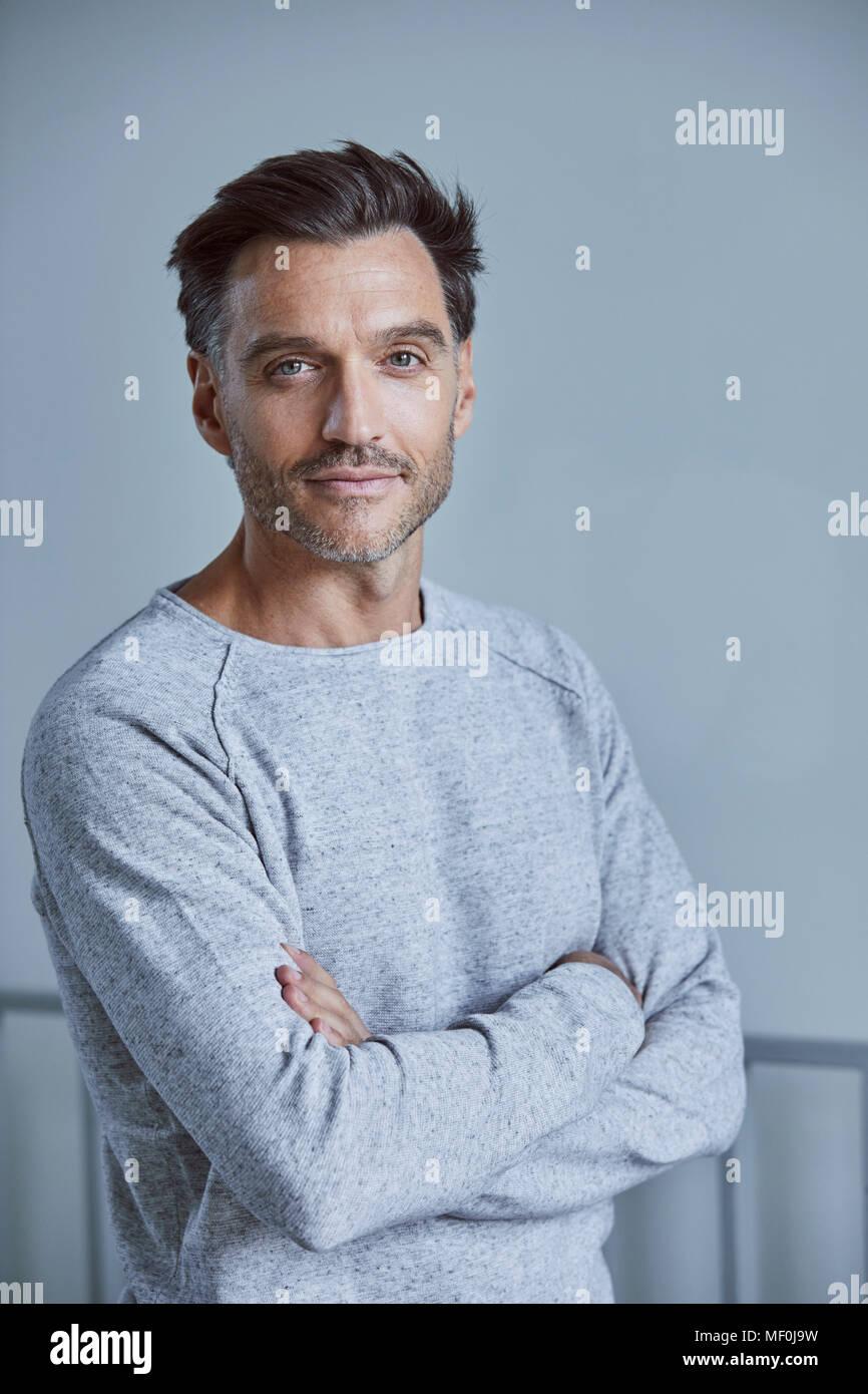 Ritratto di uomo con la stoppia indossando felpa grigio Immagini Stock