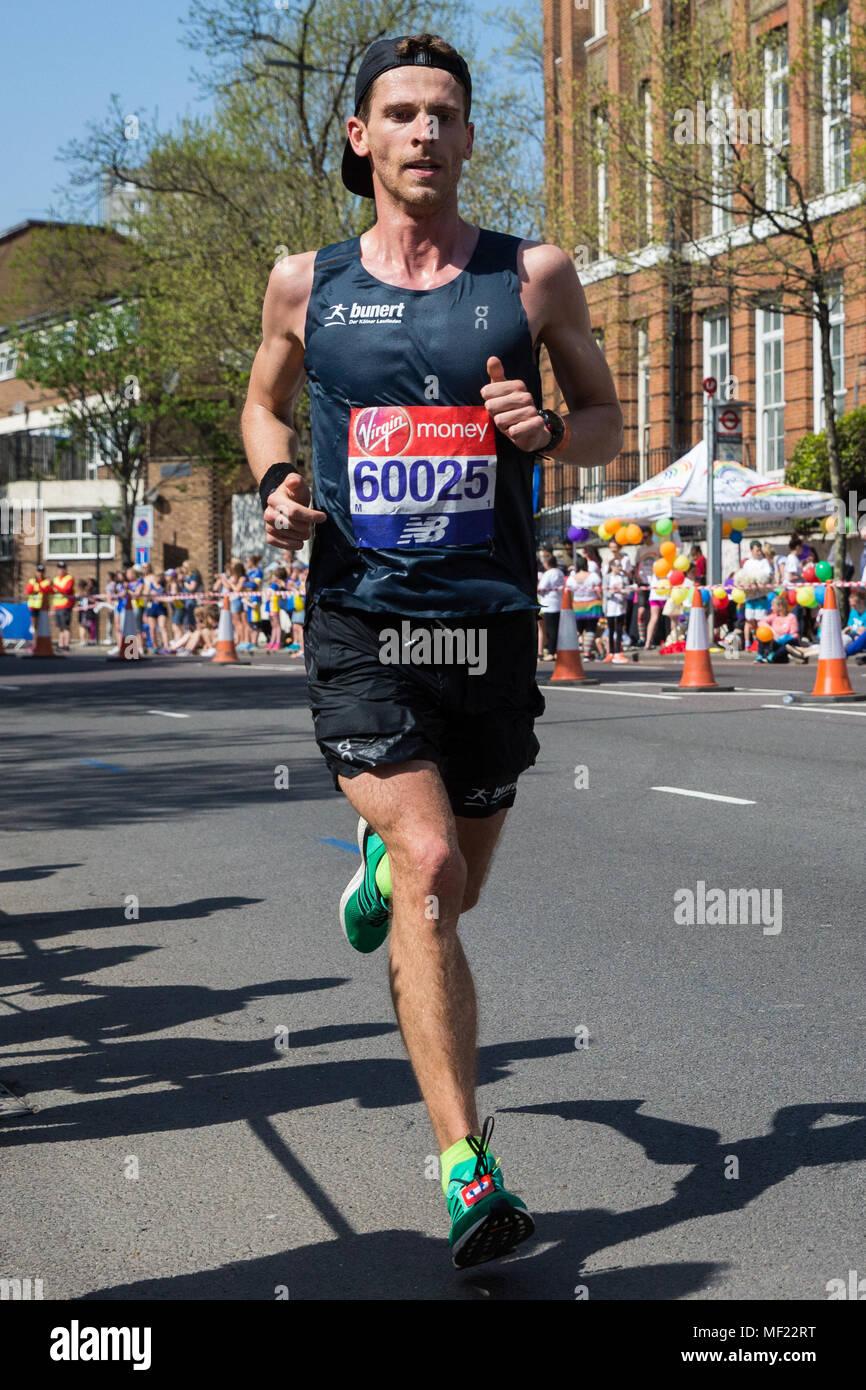 Londra, Regno Unito. Il 22 aprile, 2018. Bunte mariana di Germania compete nel 2018 denaro Virgin London Marathon. La trentottesima edizione della gara è stato il più caldo il record con una temperatura di 24.1C registrati in St James Park. Immagini Stock