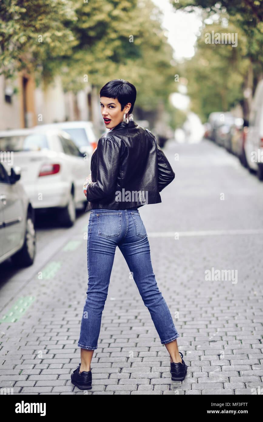 quality design 2db15 2f30f Moda giovane donna che indossa jeans e giacca di pelle ...