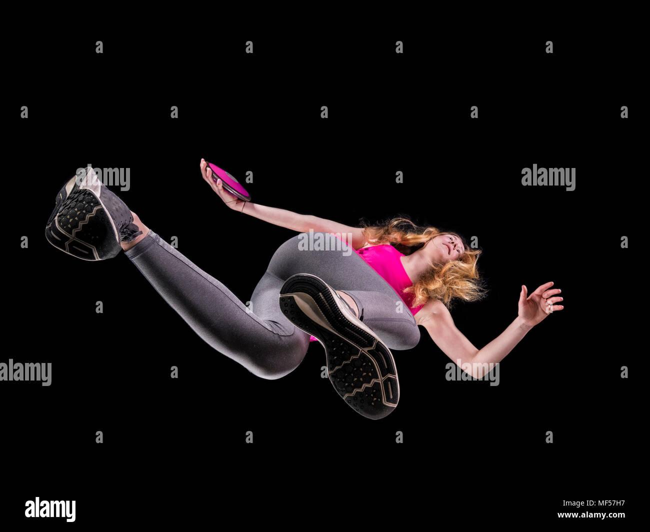 Discus thrower contro lo sfondo nero visto da sotto Immagini Stock