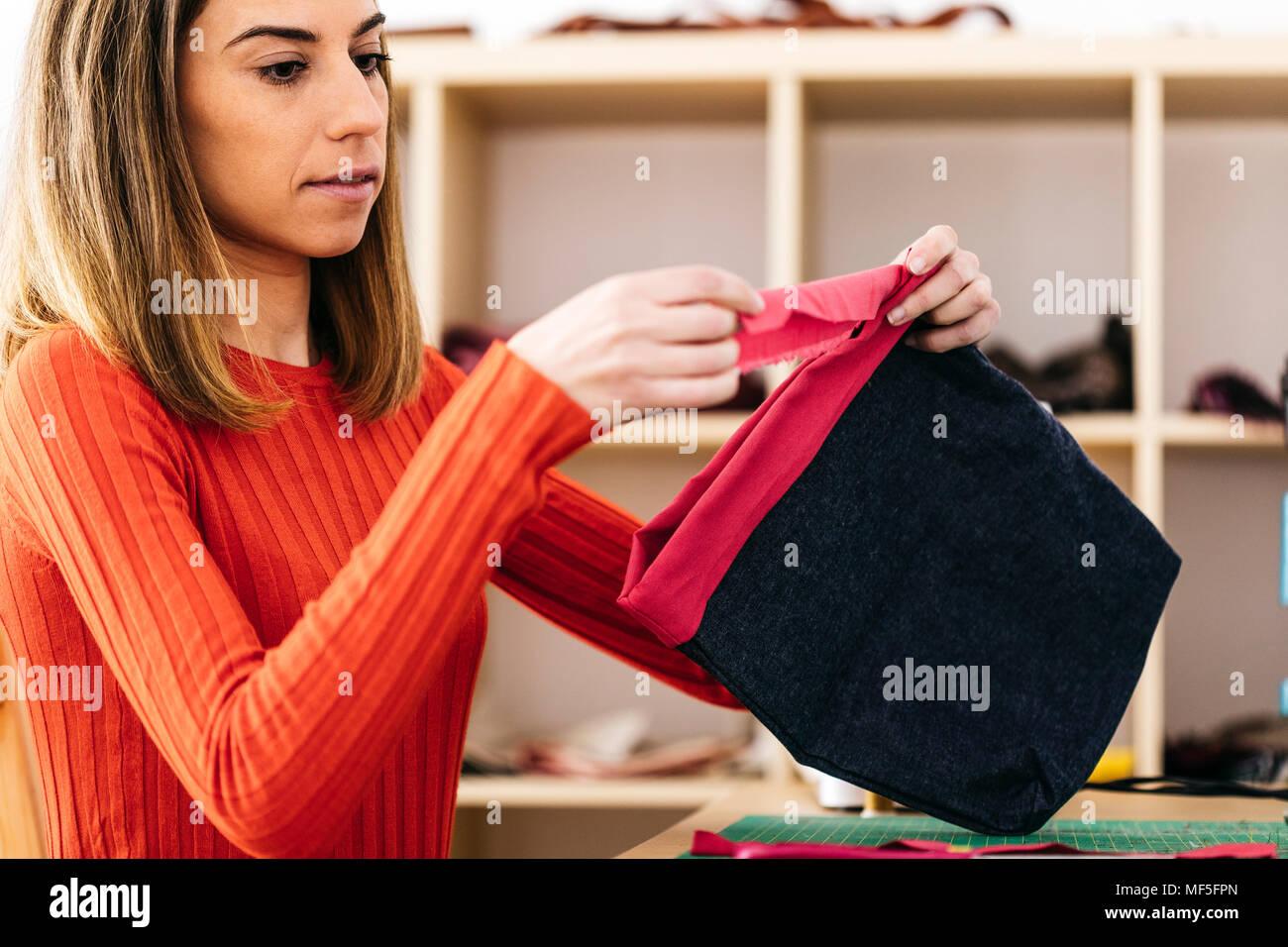 06e93eaedf Designer di moda in studio di progettazione di un sacchetto Immagini Stock