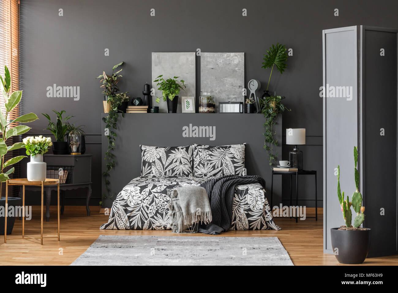 Camere Da Letto Rosse E Bianche : Rose bianche e cactus in una spaziosa camera da letto grigio interno