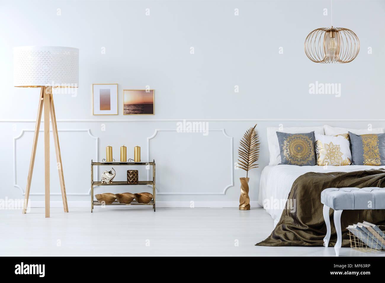 Camera Da Letto Grigio Chiaro : Eleganti decorazioni dorate in un lussuoso grigio chiaro
