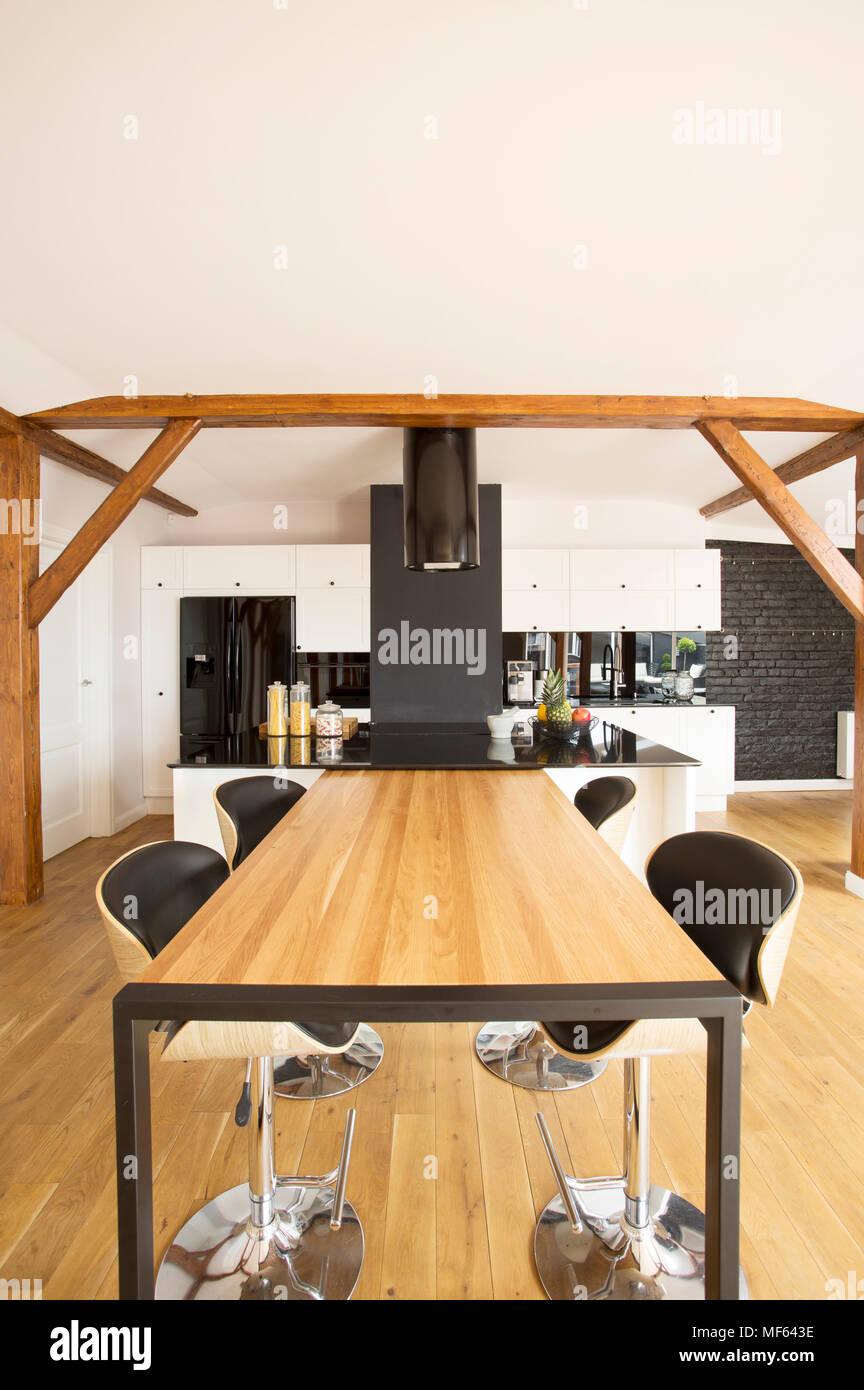 Sgabelli Da Bar al tavolo di legno nella spaziosa cucina interna con ...