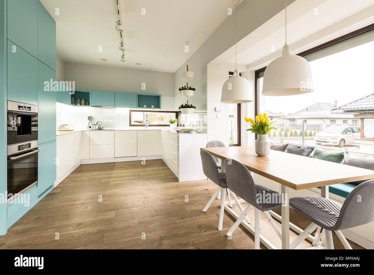 Sedie Blu Cucina : Bianco e blu interni di cucina con un grande tavolo da pranzo