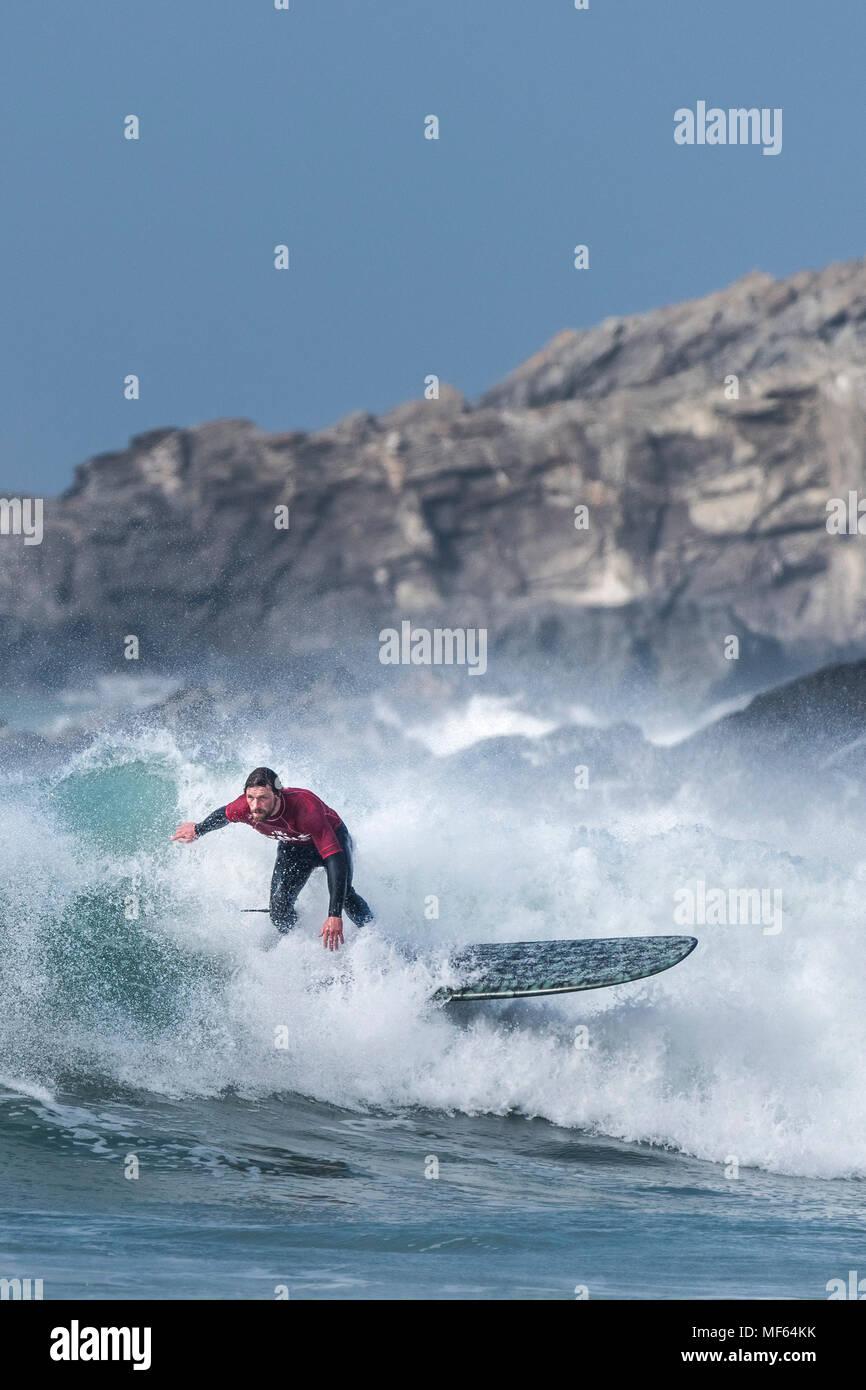 Un surfista a competere in un longboard concorrenza a Fistral Beach; Newquay Cornwall; Immagini Stock
