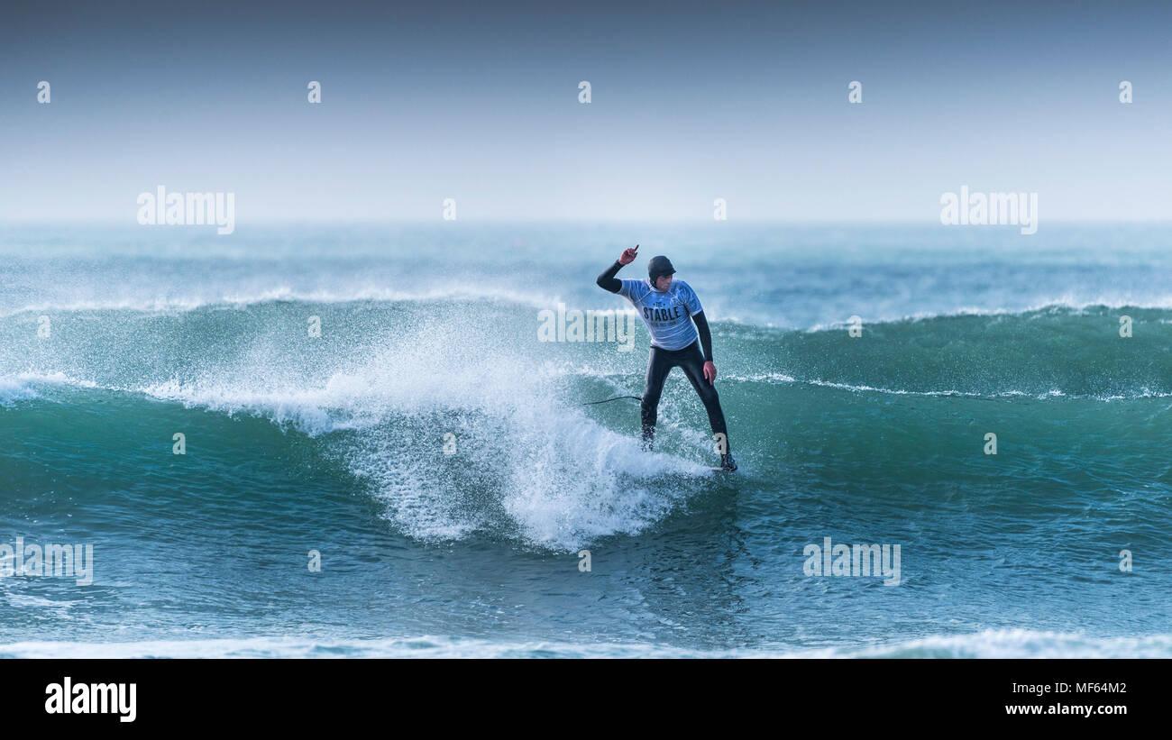 Un surfista a competere in un longboard surf festival a Fistral Beach in Newquay Cornwall. Immagini Stock