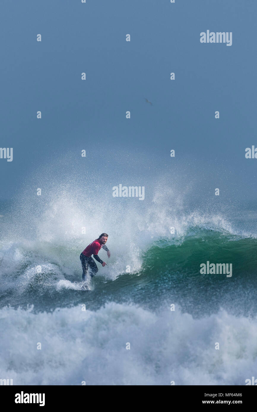 Un surfista a competere in un longboard surf concorrenza a Fistral Beach; Newquay Cornwall; Immagini Stock