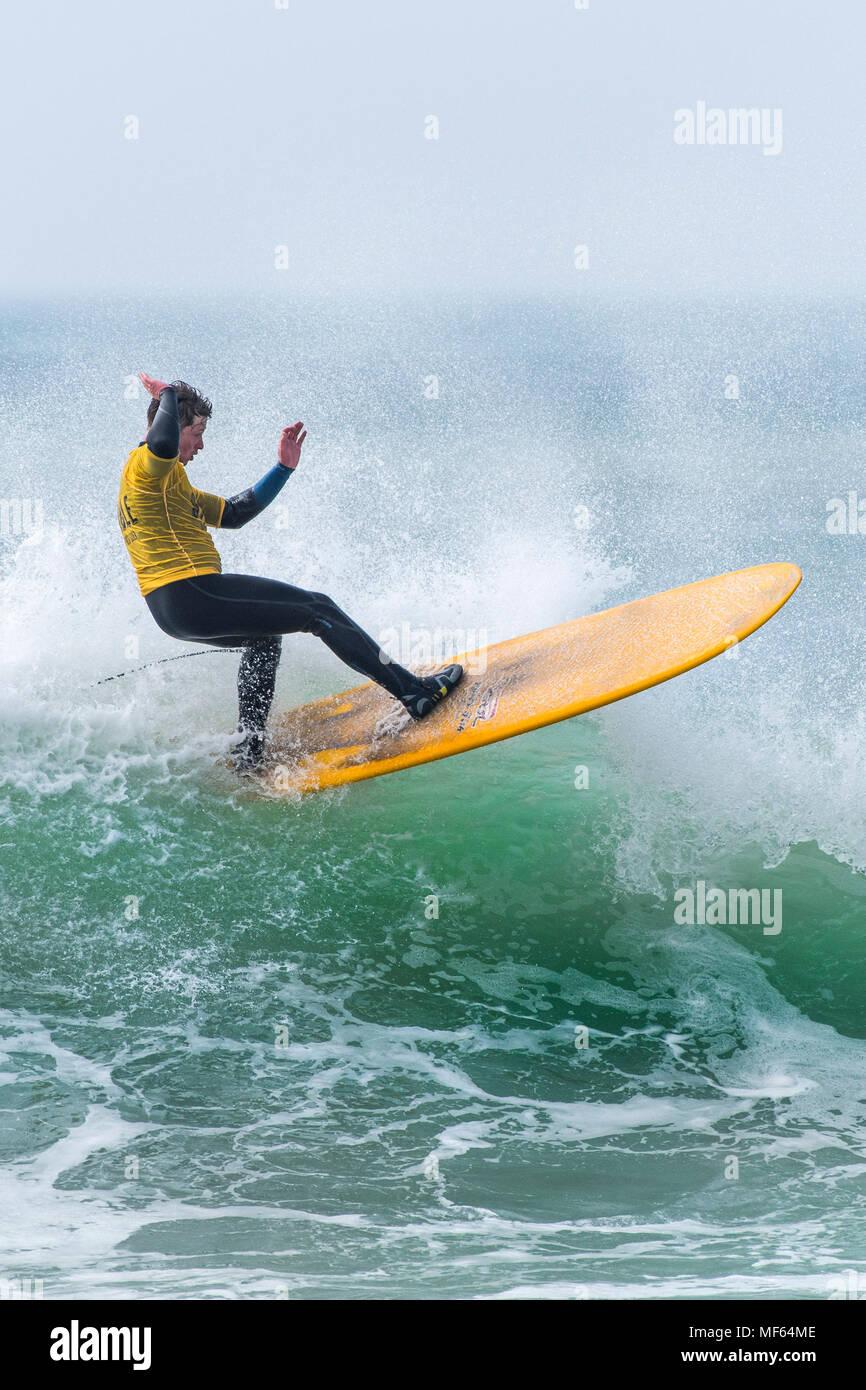 Un surfista a competere in un longboard surf concorrenza a Fistral Beach in Newquay Cornwall; Immagini Stock