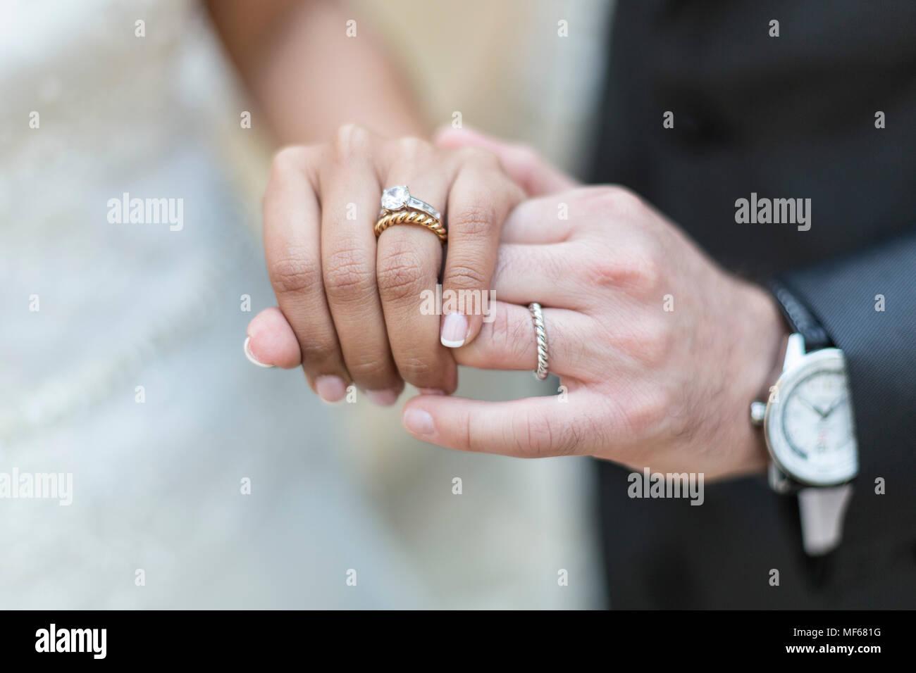 Mano con anelli di nozze Immagini Stock