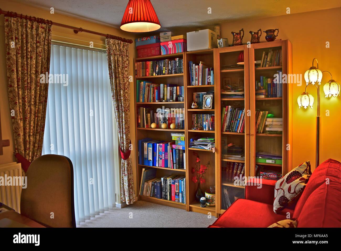 Un piccolo studio in una casa moderna che è utilizzato anche come ...