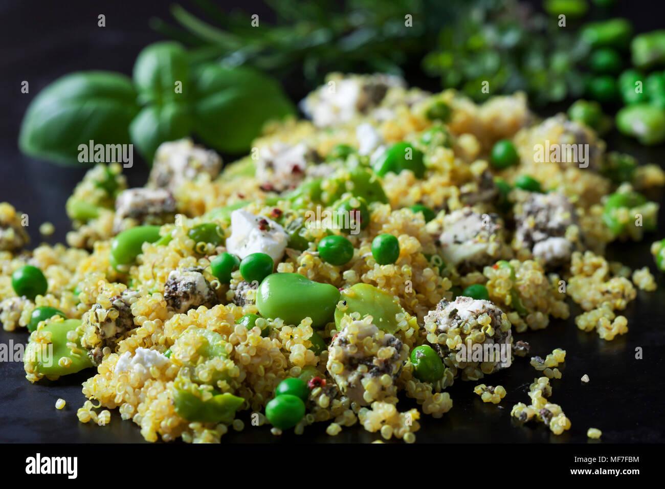 La quinoa con insalata di fave, piselli e feta, close-up Immagini Stock
