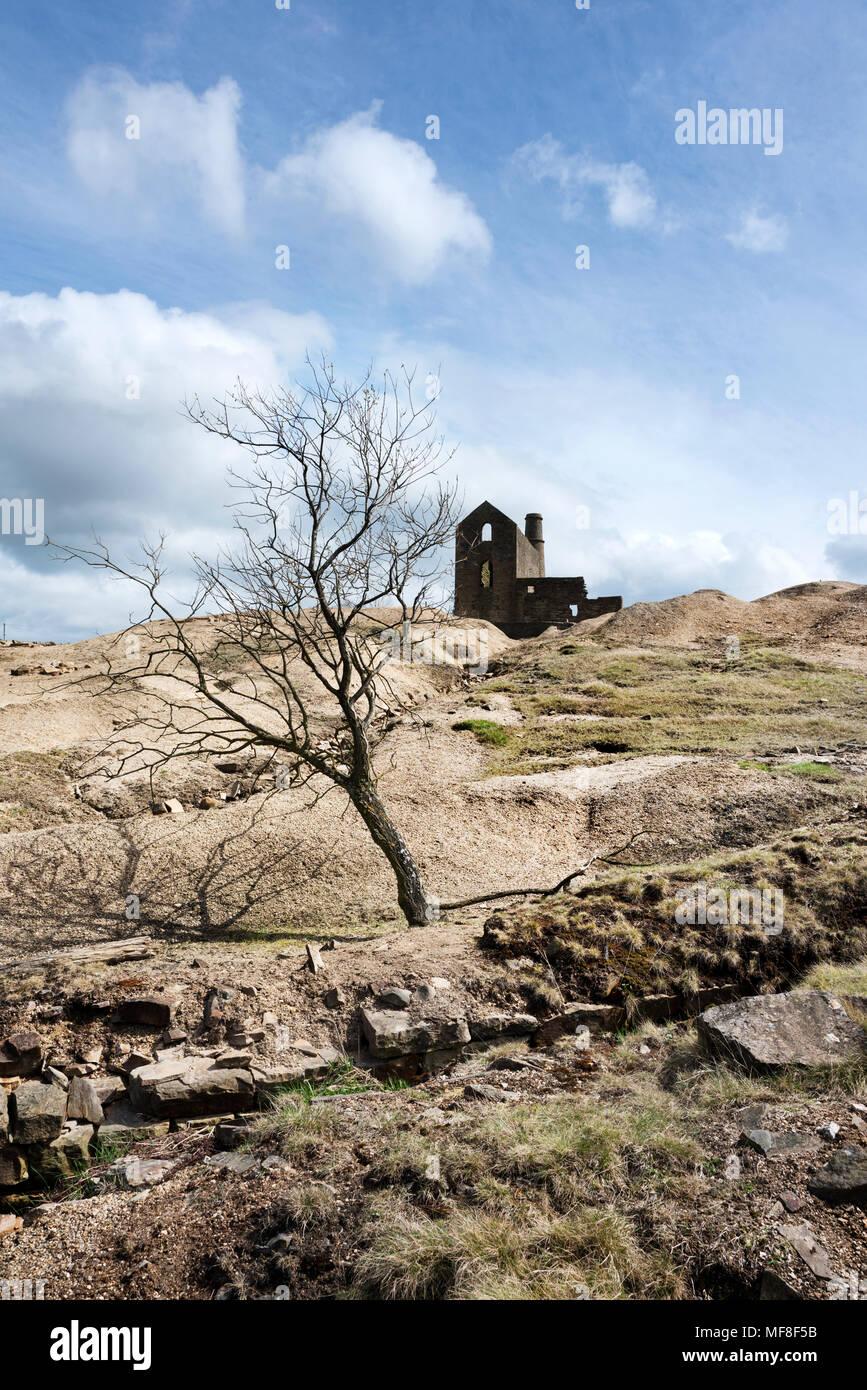 Cononley miniera di piombo, nelle vicinanze Skipton, North Yorkshire. C storico xix secolo miniera di piombo con motore classico house, camino e imbarazzo cumuli. Immagini Stock