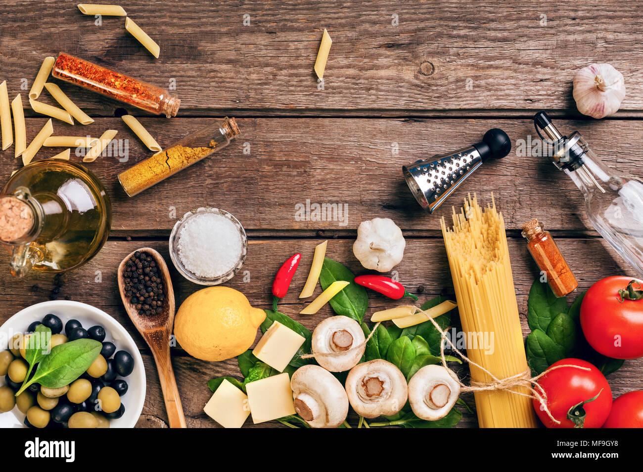 Il cibo italiano ingredienti per la preparazione della pasta su sfondo di legno Immagini Stock