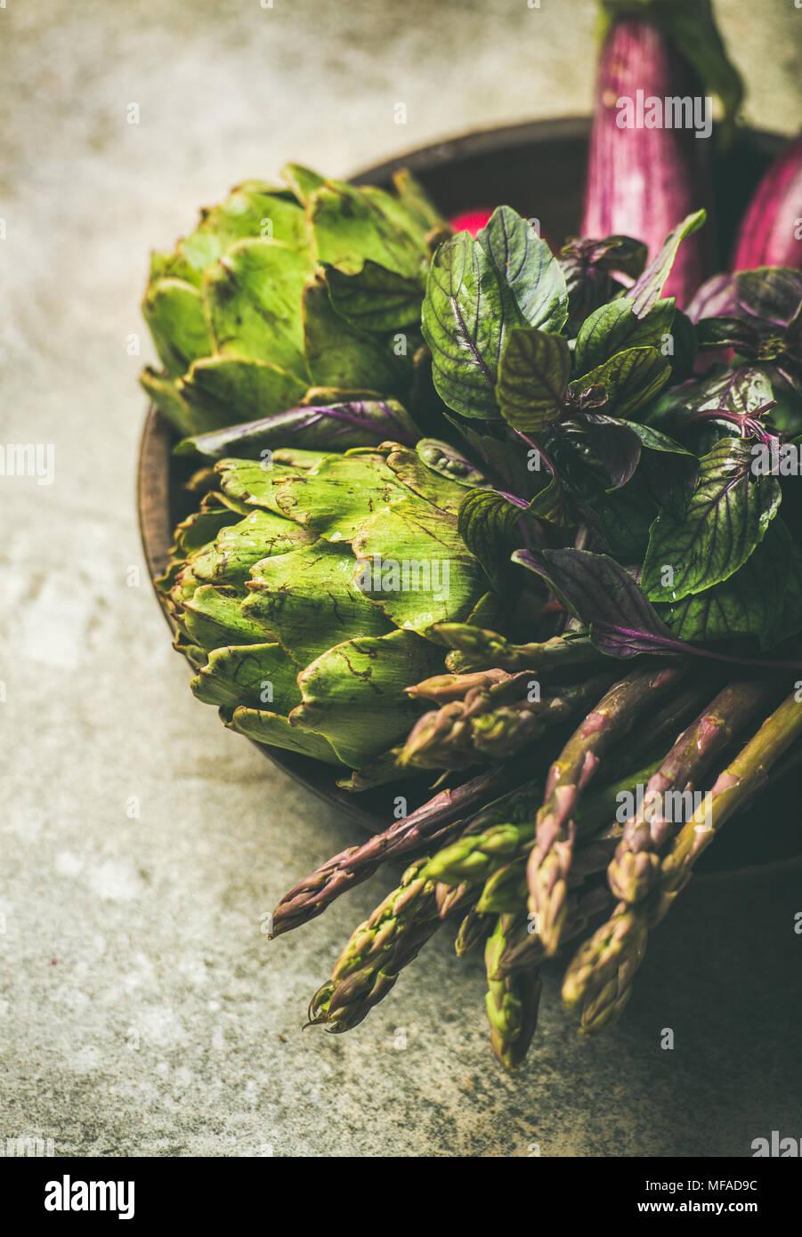Flat-lay di verde e viola le verdure sulla piastra, il fuoco selettivo Immagini Stock