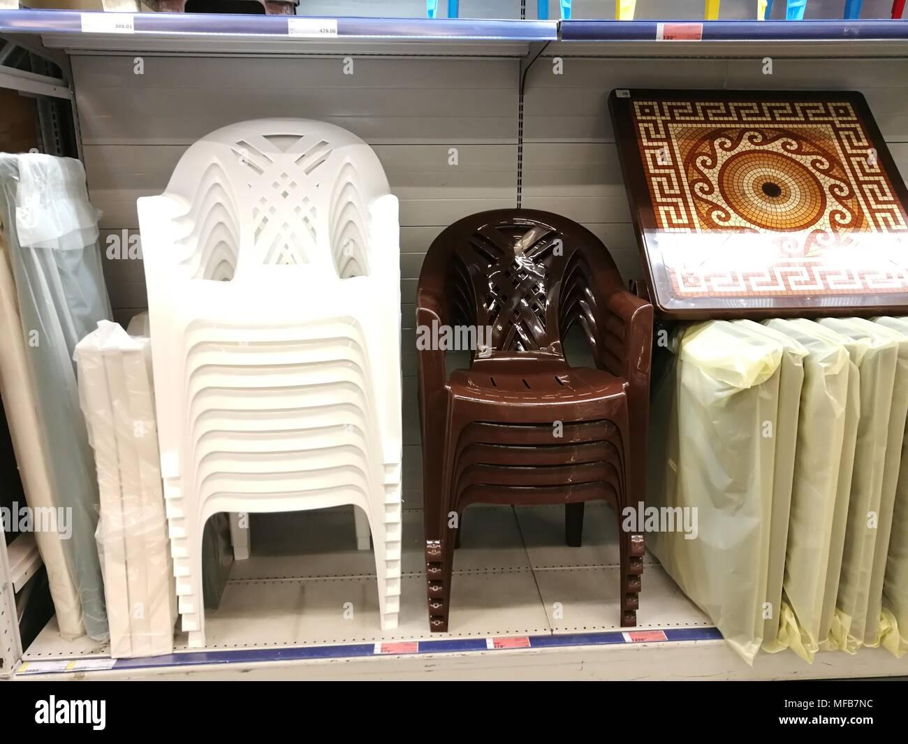Sedie In Plastica Stock.Impilati In Righe Di Sedie Di Plastica Sono Pronti Per La Vendita In