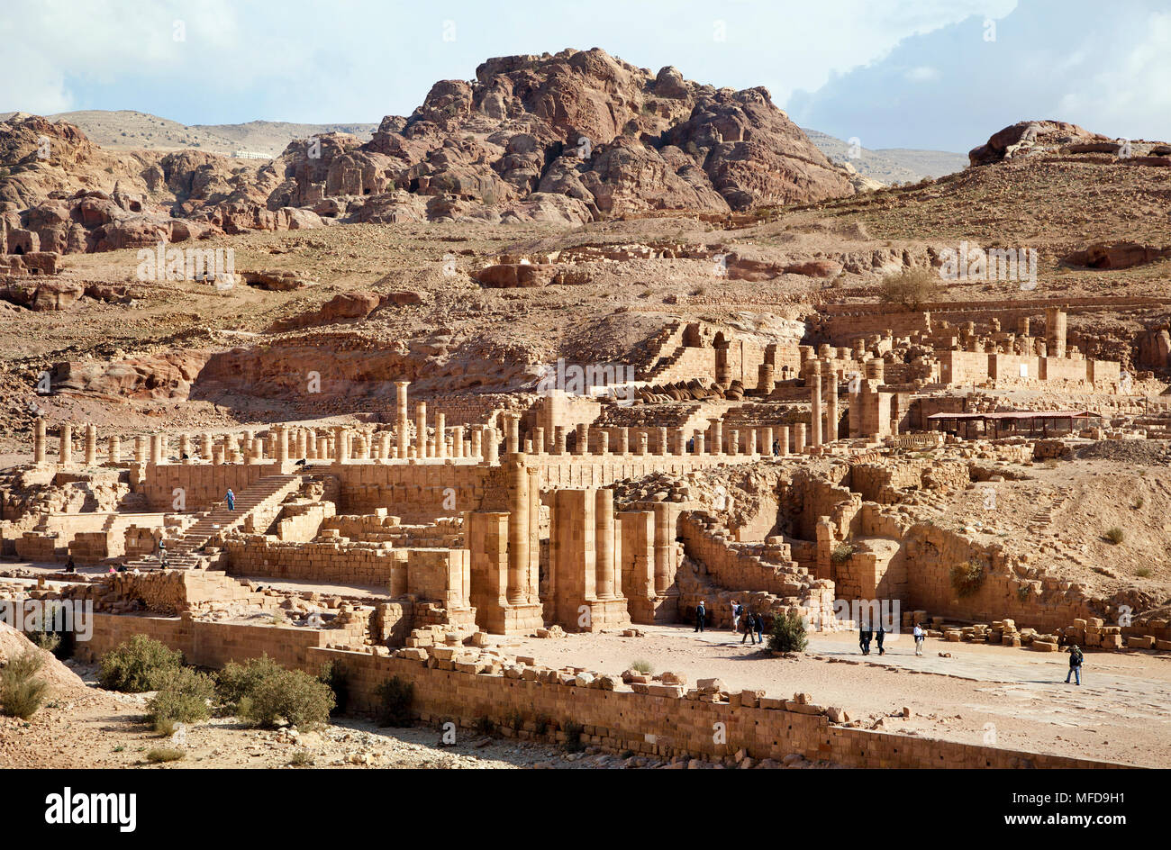 Vista panoramica del colonnato street, le rovine del Grande Tempio e il gate del Temenos nell'antica città di Petra, Giordania Immagini Stock