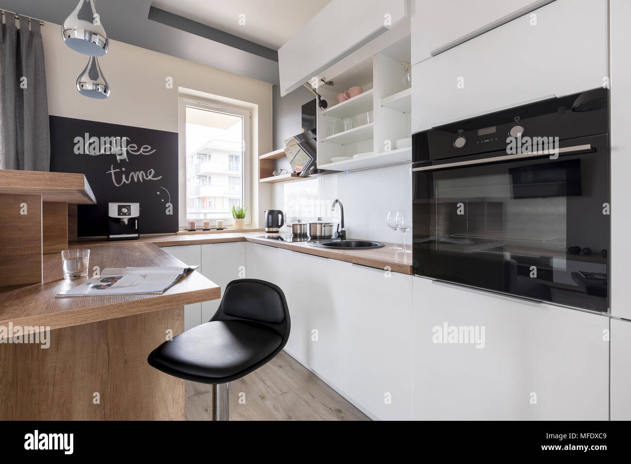 Cucina bianca unità, bancone in legno, feci nere e lavagna Foto ...